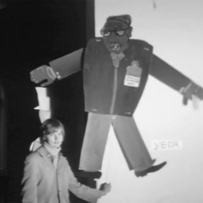 Mies liikuttelee pahvista nukkea