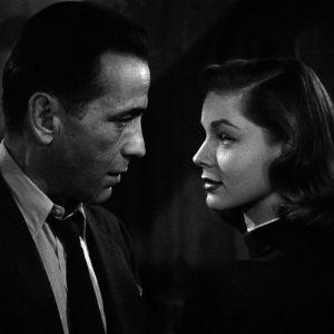 Philip Marlowe (Humphrey Bogart) ja Vivian Rutledge (Lauren Bacall) elokuvassa Syvä uni