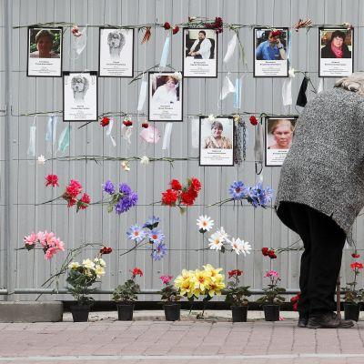 Nainen suri tautiin menehtyneitä hoitajia ja lääkäreitä Pietarissa 11. toukokuuta.