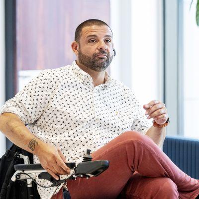 Turun terrori-iskussa loukkaantunut Hassan Zubier ennen Varsinais-Suomen käräjäoikeuden istuntoa Turussa 11. elokuuta.