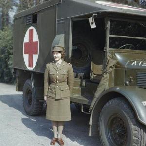 Drottning Elizabeth II under Andra världskriget då hon skolades till bilmekaniker inom armén.