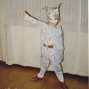 Tutkija Tuula Juvonen lapsena batmanin pukua mukailevaan asuunsa.