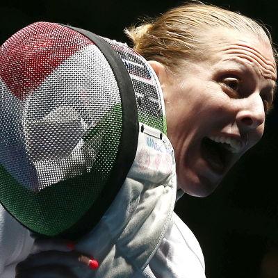 Emese Szasz vann guld och ser otroligt glad ut.