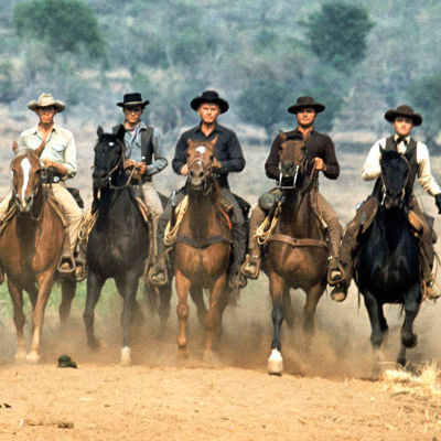 Seitsemän ratsastajaa: Vin Tanner (Steve McQueen), Britt (James Coburn), Chico (Horst Buchholz), Chris Larabee Adams (Yul Brynner), Harry Luck (Brad Dexter), Lee (Robert Vaughn) ja Bernardo O'Reilly (Charles Bronson) elokuvassa Seitsemän rohkeaa miestä