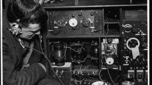 Radioamatör inspekterar apparatur.