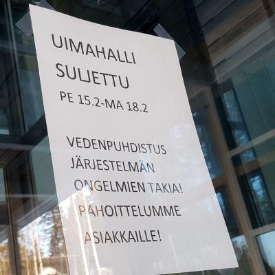 Uimahallin sulkemisesta kertova lappu Kuusankosken uimahallin ovessa