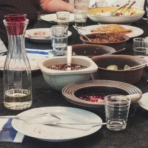 Fat med plättar, sylt och sallader på ett matbord.