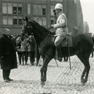 Helsingin pormestari von Haartman tervehtii kenraali Mannerheimia 16.5.1918