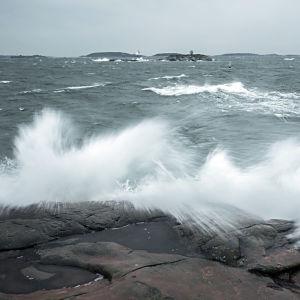 Vågor slår mot strandstenar i Hangö den den 10 december 2014.