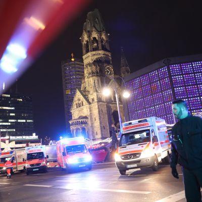 Poliiseja ja pelastustyöntekijöitä tapahtumapaikalla Berliinissä 19. joulukuuta.