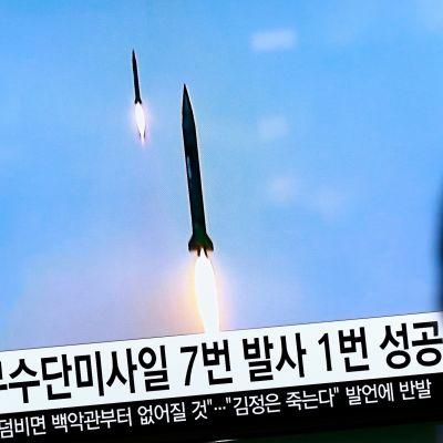 Pohjois-Korean testiohjusten kuvaa televisiossa.