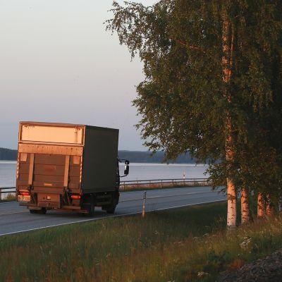 kuorma-auto kesäyössä