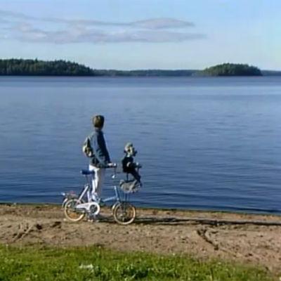 Ransu ja Pekka polkupyörällä rannalla