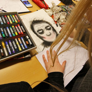 oppilas piirtää