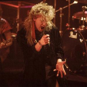 Christer Rönnholm i pudelfrisyr på åttiotalet uppträder i Wild Force musikvideo.