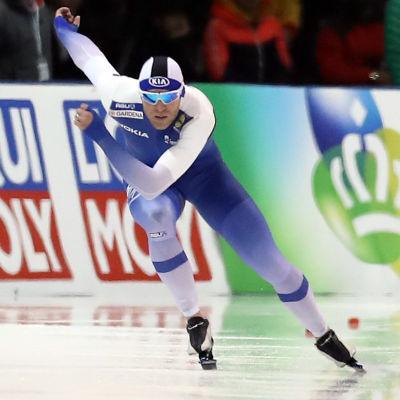 Mika Poutala åker skridskor.
