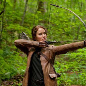 Katniss Everdeen (Jennifer Lawrence) skjuter både djur och människor på arenan.