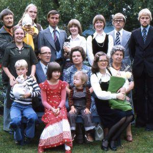Olli Soinin vanhemat ja sisarukset perhepotretissa.