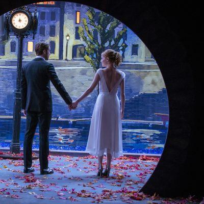 Mies ja nainen seisovat käsi kädessä.