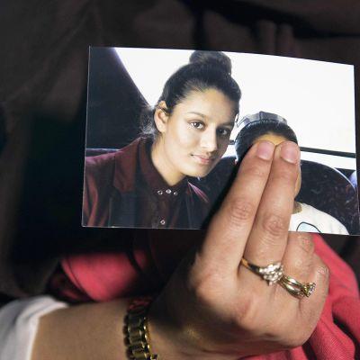 Shamima Begumin sisko Renu esittelee sisarensa kuvaa.