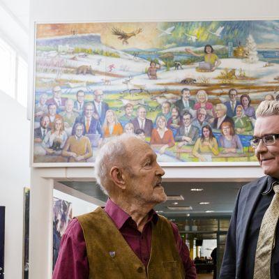 Taiteilija Tapani Rantala (vasemmalla) ja rehtori Mauri Ylä-Kotola Tietäjien aika -teoksen edessä.