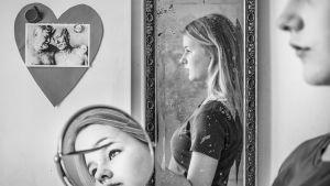 Maissi Heikkilä i tre speglar.