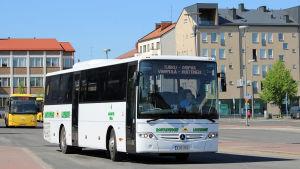 Linja-auto kulkee kaupungissa.