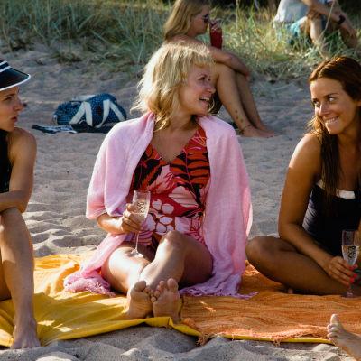 Iiris, Eeva och Karoliina spenderar en sommar i Hangö.