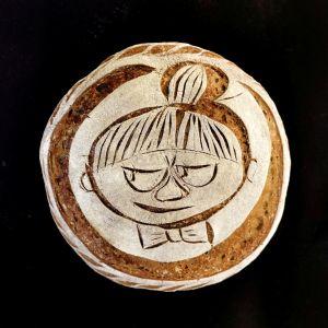 Ett surdegsbröd med dekoration av Lilla My.