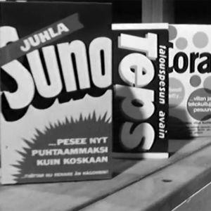 Pesuainepaketteja liukuhihnalla (1968)