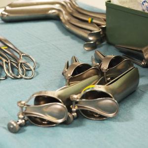 Gynekologiska redskap på ett bord.