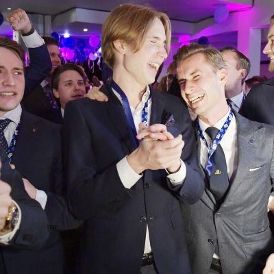 Ruotsidemokraatit juhlivat vaalivalvojaisissa Tukholmassa.