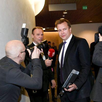 Keskustan eduskuntaryhmän puheenjohtaja Antti Kaikkonen saapuu eduskuntaryhmien neuvotteluun Helsingissä 12. maaliskuuta.