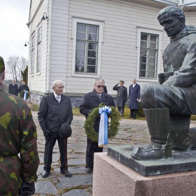Kransnedläggning vid veteranstatyn, Martti Järvinen och Jouko Hyvärinen.