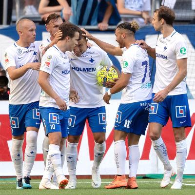 Simon Skrabb firar mål tillsammans med lagkamrater.