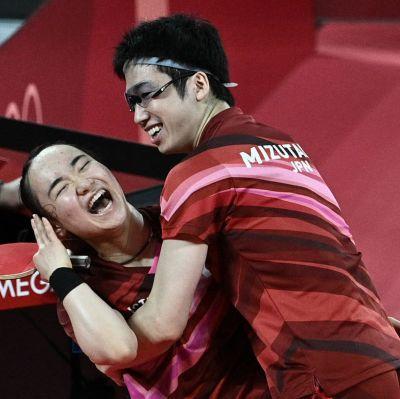 Japanska spelare firar vid OS.