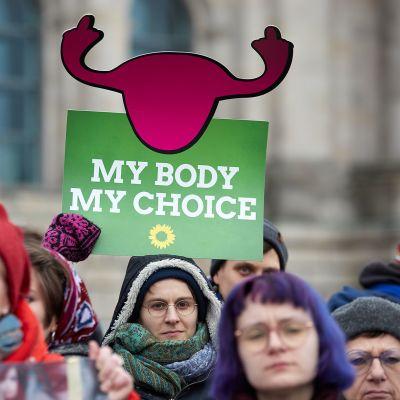 Naisia osoittamassa mieltään vapaan abortin puolesta Saksassa helmikuussa 2018.