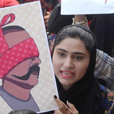 Pakistanilaiset osoittivat mieltään Intiaa vastaan torstaina Lahoressa. Mukana oli kuvituskuva kiinniotetusta lentäjästä.