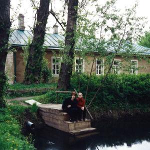 Leena Uotila tyttärensä Annun kanssa Anton Tsehovin maisemissa.