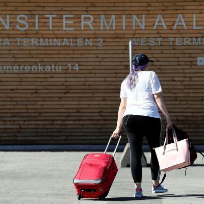 Matkustajia Länsiterminaalissa Helsingissä 11. kesäkuuta
