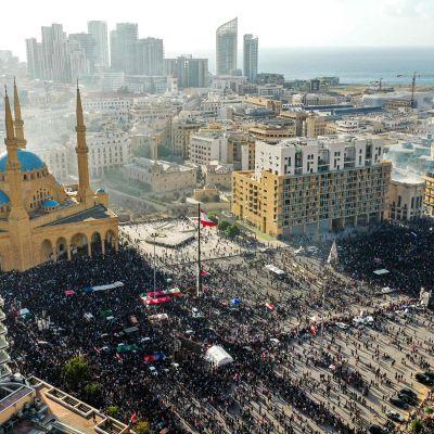 Ilmakuva Beirutista jossa näkyy mielenosoittajien ja turvallisuusjoukkojen yhteenotto 8. elokuuta.