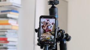 Puhelimen kamera kuvaamassa Hanna Gullichsenia ja Joonas Laurilaa