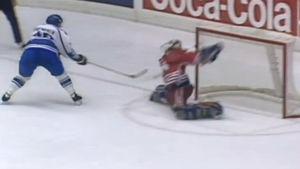 Kanadan maalivahti torjuu Suomen rangaistuslaukauksen MM-kisoissa 1994