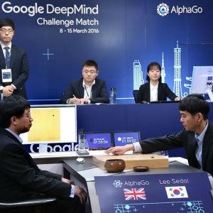 Lee Se-Dol spelar Go mot datorprogrammet AlphaGo.