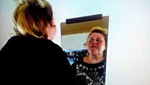 Iiu Susiraja spottar på sin spegelbild, video
