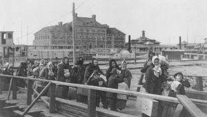 Emigranter på väg från fartygen till Ellis Island 1902.