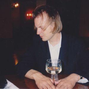 Kruununhakalaisessa Pub Patrikissa maistuu viini 1990-luvun lopulla. Viininhuuruinen elämä loppui kun Arno Kotro sai tarpeekseen ja raitistui 26. toukokuuta 2005.