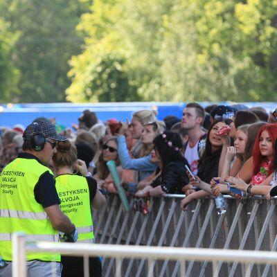 Järjestyksenvalvojia lavan edessä Ruisrockissa.