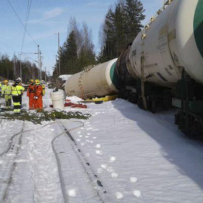 Pelastuslaitos paikalla jossa säiliövaunu kaatunut Kinnin liikennepaikalla Mäntyharjulla lauantaina alkuillasta 7. huhtikuuta