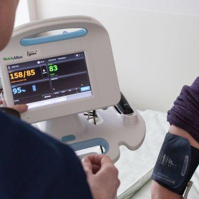 Sairaanhoitaja mittaa potilaan verenpainetta Päijät-Hämeen keskussairaalassa.
